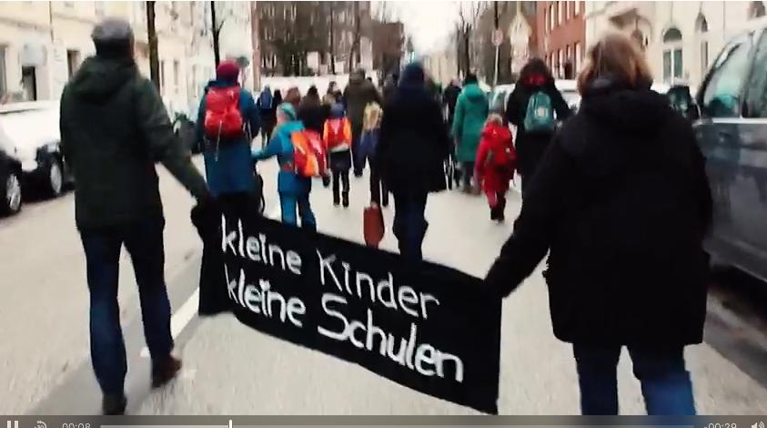 """Nach dem Motto """"Kleine Kinder, kleine Schule"""" kamen am Freitag Eltern und Schüler zusammen, um ihren Unmut über die Verdoppelung der Grundschulklassen der Max-Brauer-Schule Ausdruck zu verleihen."""